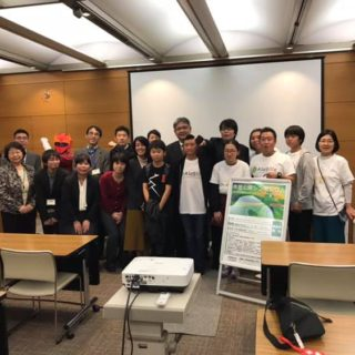 市民公開講座会場で患者会の各登壇者と先生の記念撮影